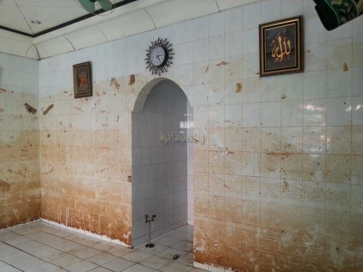 Efek Banjir di Cililitan - Mushola terendam banjir hingga 3 meter, perhatikan ruang untuk 'imam' *Subhanallah*