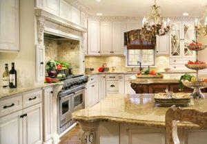 Dieser große Küche enthält zwei Inseln, die einander ergänzen. Beide haben die gleiche Farbe der Arbeitsplatte aus Granit.