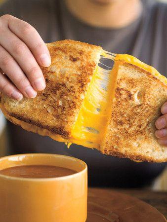 このサクッとカリッと焼いた食パンの間から溢れるチーズのサンドウィッチ!これはアメリカでは定番となっている「グリルドチーズサンド」と呼ばれるものです。作り方はとっても簡単!また、チーズ+○○でオリジナルグリルドチーズサンドを作るのもアリ。この食感・味の虜になります!