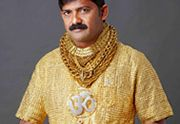 Oubliez les fleurs et les dîners romantiques, Datta Phuge vous apprend à draguer avec son t-shirt bling bling. Ce businessman indien tout à fait modeste s'est récemment offert, en guise de tenue du jour de l'an, un t-shirt en or massif au doux prix de 250.000$ (à chacun sa vision de l'investissement). Ce petit «bijou» [...]