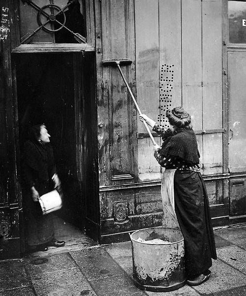 Après la crue de la Seine. Lessivage d'une devanture. Paris, quai des Grands Augustins (VIème arr.), 1910. © Maurice-Louis Branger / Roger-V...