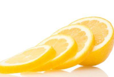 Een schijfje #citroen zorgt voor een fris ruikende vaatwasser en een stralende vaat. Je kunt het schijfje op het bovenste rekje leggen en er wel twee wasbeurten mee doen! #tipvanmichiel #tip Meer tips? Kijk dan op: www.hulpstudent.nl