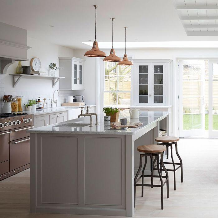 cuisine grise moderne de style campagne chic avec un îlot central - Modele De Cuisine Moderne Avec Ilot