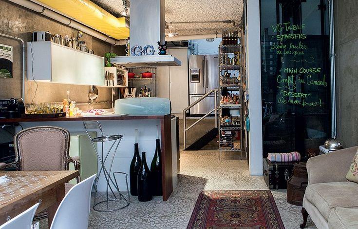 Na cozinha aberta para a sala, a maior parte dos ingredientes e equipamentos fica à vista para facilitar o manuseio. E há enorme variedade de equipamentos e temperos. Duas estantes abertas organizam tudo. Quem pilota os fogões é o morador GG Mattar