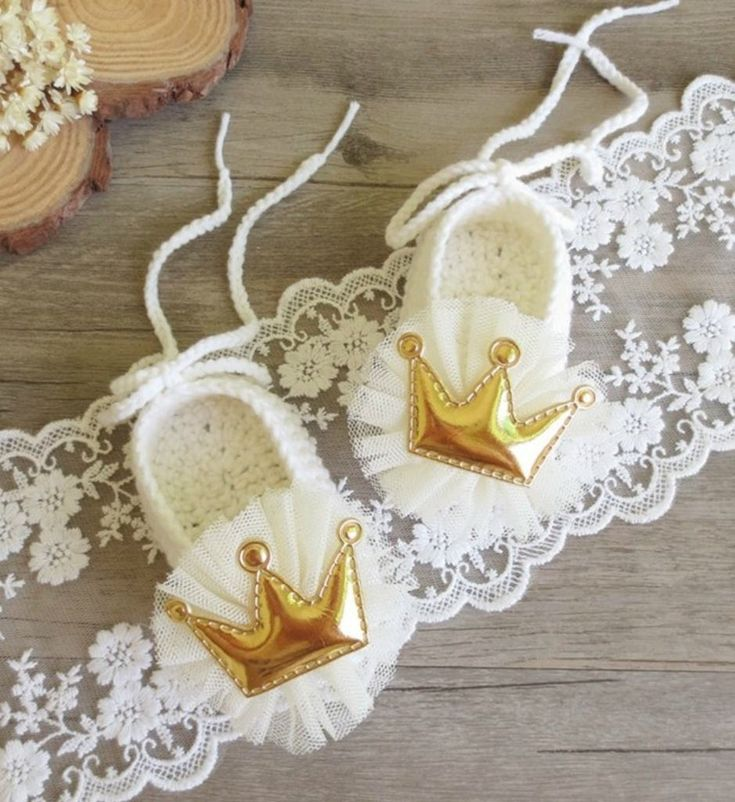 Hand Knitted Baby Shoes -Handmade Cute & Comfortable Newborn Baby Pre walker Infant Hand Knitted Flower & Crown Baby Booties. Beautiful gift for a special newborn baby girl. Perfect for communion, baptism, christening & baby shower gift. Available in sizes newborn to 12 months. Material: Wool & acrylic. Colors: Off white & lemon yellow. Please do compare your little girl's foot length with our size chart.