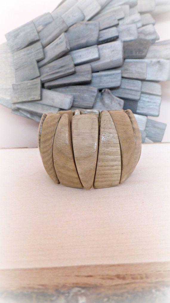 Deze armband gemaakt van ash hout kralen - de kleur is aardse groen. De kralen zijn groot en dik, gespannen op Zwart elastiek en de armband is zwaarder - 2.1 oz, dan mijn andere armbanden - als deze grootte los op uw Adelboden, u kunt het oprollen - en het is mooi stijlen in die plaats. Erg leuk om te dragen met een stevige neutrale kleur kleding.  Care instructie - contacten met water vermijden: zwembad, zweten, opslaan in de droge plaats! De hout en water zijn geen vrienden. Ook uw armband…