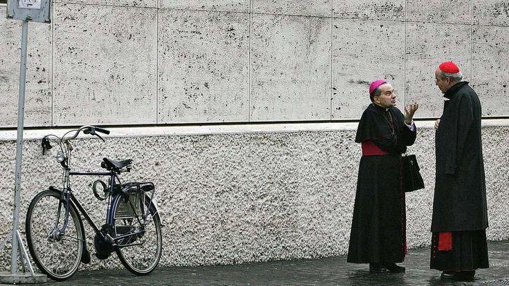 Dos cardenales hablando en las calles del Vaticano. - AFP / Getty Images