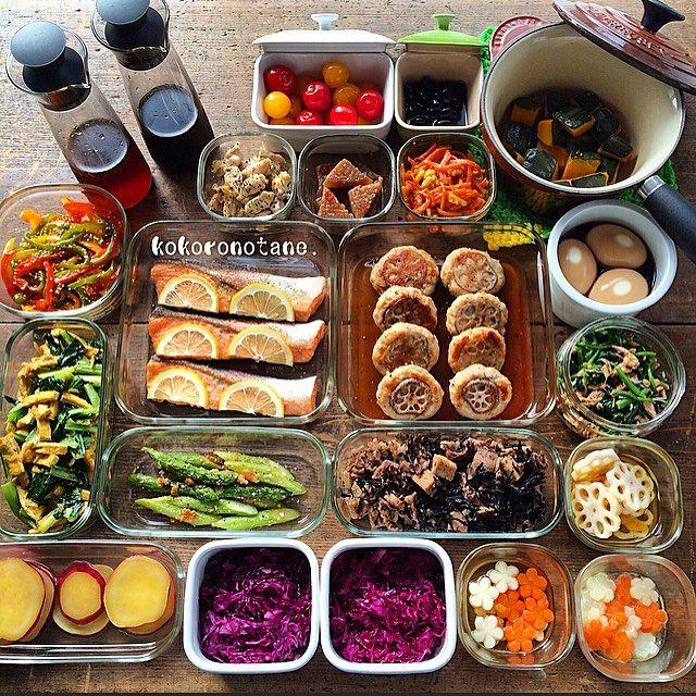 ❁.*⋆✧°.*⋆✧❁ 作り置きおかず。 ・ 作り置きpicは久しぶり。 #去年以来… 久々にまとめて作ったど╭( `⍢´)و ̑̑ ・ ●れんこんバーグ(半分は冷凍庫へ) ●鮭のムニエル ●牛肉&高野豆腐&ひじきの煮物 ●かぼちゃ煮 ●さつま芋のレモン煮 ●鶏軟骨のハーブソテー ●桜海老&小松菜&油揚げの出汁カレーソテー ●カラーピーマンの白だしソテー ●蒟蒻のわさびソテー ●アスパラのチーズ焼き ●人参とくるみのピーナッツクリーム和え ●ほうれん草とツナのお浸し ●味玉 ●れんこんの甘酢漬け ●紫キャベツのナムル ●紫キャベツのマリネ ●皮付きトマトのはちみつマリネ ●人参と大根の甘酢漬け ●人参と大根のグラッセ ●黒豆(市販のもの) ●自家製白だし ●自家製めんつゆ ・ ・ 比較的、 早目に食べ切っちゃうので あとは 日々、少しずつ作り足します。 ・ #こころのたね常備菜  Amazon・楽天ブックスにて 書籍「のほほん曲げわっぱ弁当」 発売中♩ ❁.*⋆✧°.*⋆✧°.*⋆✧°❁