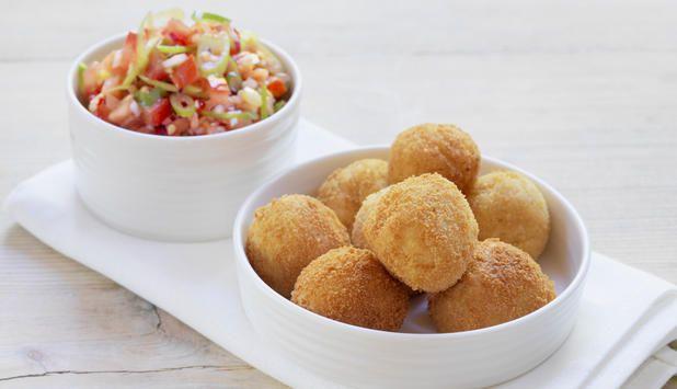 Server klippfiskboller med salsa så har du den perfekte retten til tapas eller kveldskos. #fisk #oppskrift