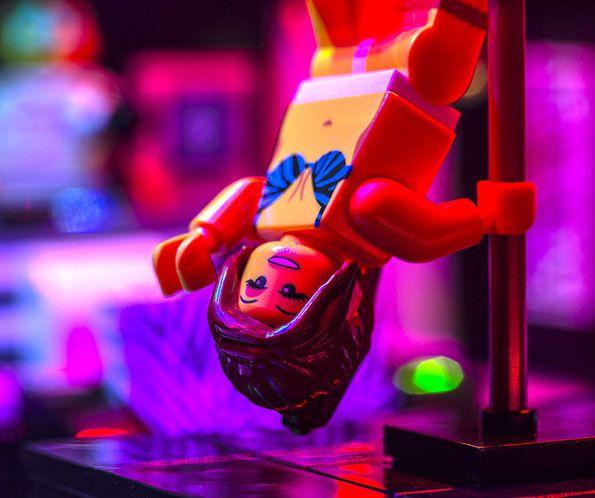 Strip Club Lego   Voici un Lego qui n'est pas franchement pour les enfants.    C'est un club de strip-tease livré avec tous les protagonistes et également tous les...