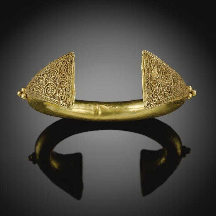 A FINE FATIMID GOLD BRACELET, SYRIA OR EGYPT, 10TH CENTURY