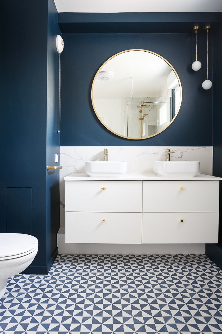 salle de bain design bleu et dore