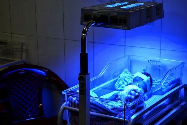 Icterícia é uma complicação que pode afetar os recém-nascidos, mas pode ser tratada por exposição à luz UV com uma lâmpada de fototerapia.  Fotografia: Kate Stegeman / MSF.