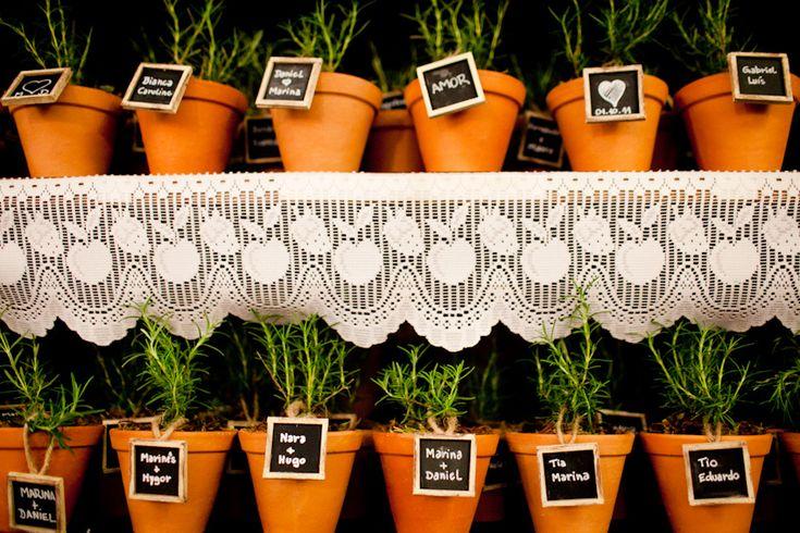 Vasinhos com alecrim, personalizados com nome dos convidados