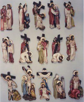 Vía crucis policromeado (30 a 42 cm) Via crucis completo de 14 estaciones en poliéster vaciado, acabado polícromo.   Comprende la plaqueta con el número de cada estación.