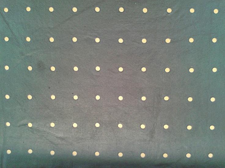Este producto tiene una mezcla de materiales que se complementan entre sí. La tapa de la mesa es en roble y sus patas en varias maderas. Las bancas están hechas en varias maderas, con un tapizado en cuero perforado. Adicionalmente se utilizaron lacas naturales para darle un toque sutil, sin atentar con la naturalidad de su materia prima.
