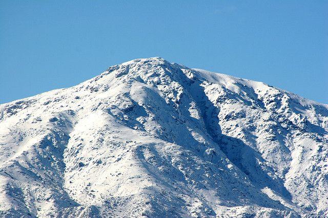 Cordillera de los Andes. Cima nevada del Cerro Provincia frente a Santiago, Chile.