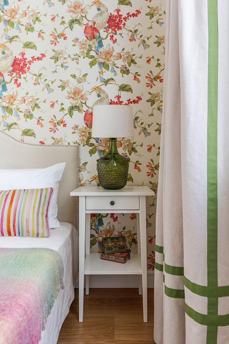 Фрагмент спальни: обои, Eijffinger, кровать Эвальд, прикроватные тумбочки, ИКЕА, текстиль, Zara Home, настольные лампы из бутылей с абажурами, Shadelamp.me, выполнены на заказ.