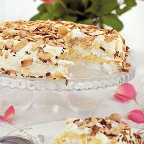 Farfars marängtårta | Tårtan är en väldigt god blandning av den sockersöta marängen med smarrig fyllning och grädde med mandelspån på toppen