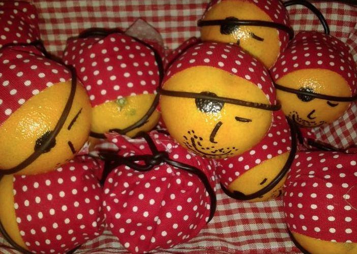 Piet Piraatjes (gezonde traktatie) - mandarijn - stift -restjes stof (voor het hoofddoekje) - dropveters
