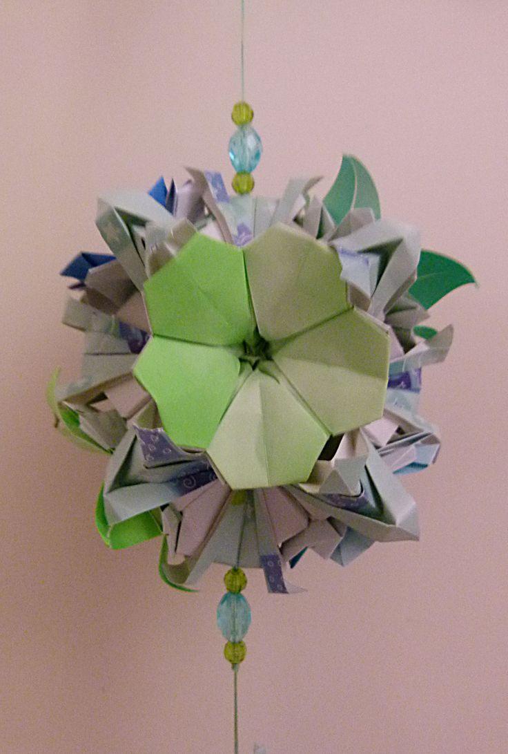 """Kusudama em módulos BUQUÊ, com flores ALAMANDAS e IPOMÉIAS RUBRAS realizado por Erika Karnauchovas, diagramas retirado do Livro"""" Origami em FLOR, de Flaviane Koti e Vera Young"""