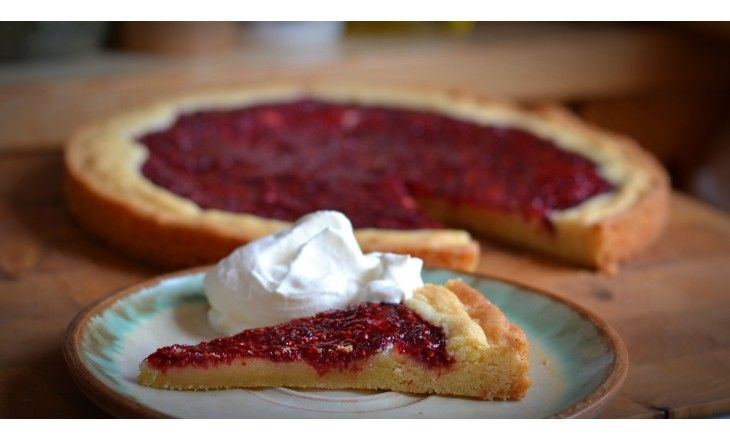 Tänk en gigantisk hallongrotta! En smarrig kaka med smörig mjukseg botten, jag lovar att det blir en hit men glöm inte den lilla gräddklicken eller en kula
