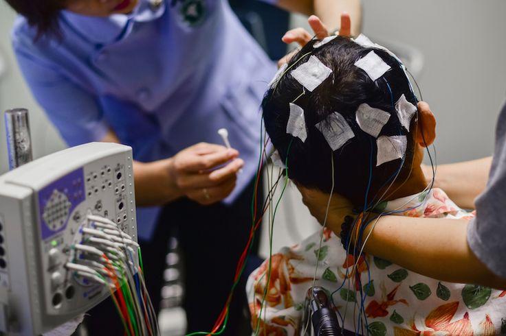 ワシントン大学、スウェーデン神経科学研究所(シアトル)の研究者たちによって開発された新しい楽器「エンセファロフォン(Encephalophone)」。科学雑誌「Frontiers in Human Neuroscience」に実験結果が発表されたこの楽器は、なんと脳波を通じてシンセサイザーを演奏するというもの。