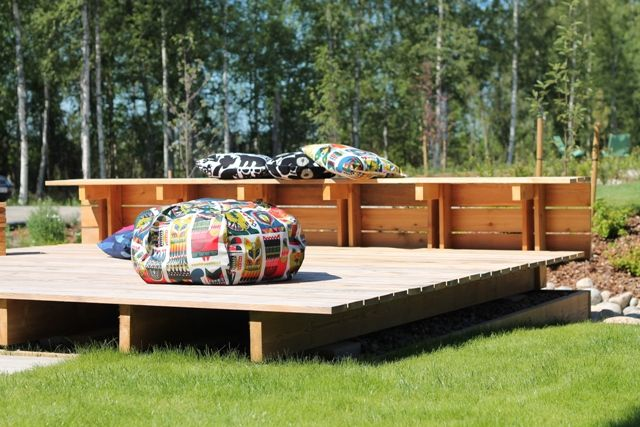 Marimekko outside. These colorful patterns are great and fit to this back yard really well.