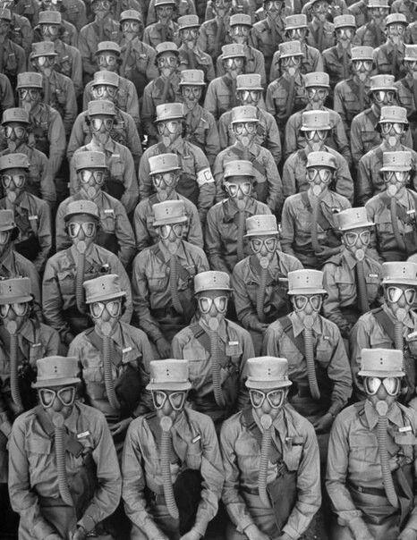 Женщины-военнослужащие в противогазах во время учений в Форте Де-Мойн. Айова, США, 1942 год