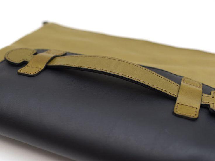 A4サイズも収納できる、持ち手付きの革製クラッチバッグ。持ち手に手首を通して持ち運ぶことができます。内ポケットやペン差しもついているので、コンパクトに荷物をまとめられるレザークラッチバッグです。