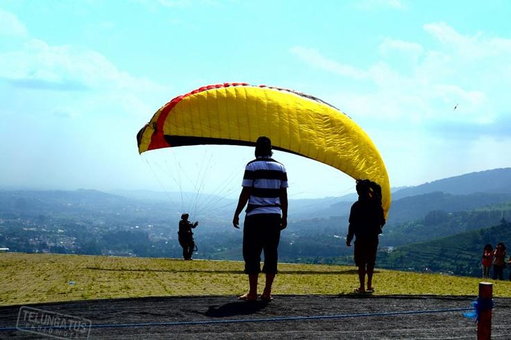 ika anda cukup bernyali, boleh mencoba Paralayang, salah satu jenis olah raga hobi, dengan menggunakan parachute yang didesign khusus anda bisa ikut tandem dengan safety standard yang memadai. http://www.khatulistiwa.info/2012/07/green-family-tea-walk-puncak-bogor.html