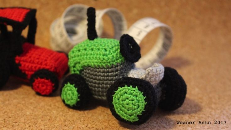 kleiner grüner gehäkelter Retro Traktor von #weanerantn