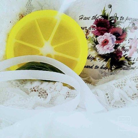 """Полностью лимонное мыло с бодрящим и освежающим восприятие ароматом цитруса.Состав:Высококачественная мыльная основа (Activ SLS Free-W, Active SLS Free); Касторовое масло,Эфирное масло лимона;Косметическая отдушка """"Лимон"""""""