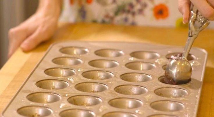 La semplicità e la golosità di questa semplice ricetta ti stupirà e stupirà tutti coloro a cui li offrirai. Questi biscotti infatti sono un modo veloce per fare bella figura con ospiti improvvisi, o di preparare in casa il proprio dolcetto della colazione, con pochissimi ingredienti e in poco tem...