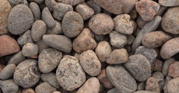 Cómo calcular la cantidad de piedras de río necesarias. Las piedras de río pueden agregar un acento decorativo o ser una característica importante de un proyecto de paisajismo. Parte del proceso de planificación consiste en calcular la cantidad de rocas de río a comprar, y esto se hace averiguando cuántos metros cuadrados de roca son necesarios y traducir eso a toneladas.
