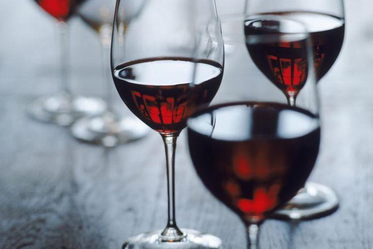Lista de vinos buenos para el corazón. Las investigaciones sugieren que el consumo moderado de alcohol, específicamente de vino tinto, puede mejorar tu salud cardiovascular. Se cree que los antioxidantes que se encuentran en las semillas y la piel de las uvas rojas reducen el riesgo de enfermedades ...
