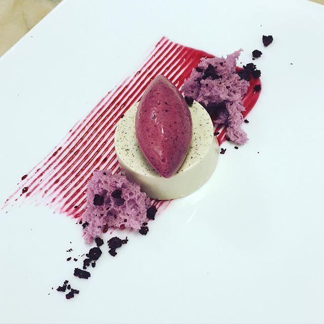 Что делает твой коллега, пока идёт курс. Курсисты уходят, а на столе тебя ждёт plate dessert, потрясающие текстуры и вкусы, отработанные @ngolubcova . Отличный результат и невероятный вкус! вкус ароматного жасминового чая в panna cotta , мороженного-парфе из чёрной смородины и ягодного соуса.