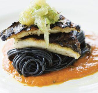 Grillad gösfilé med svart pasta, saffranstomatsås och fänkålsmarmelad