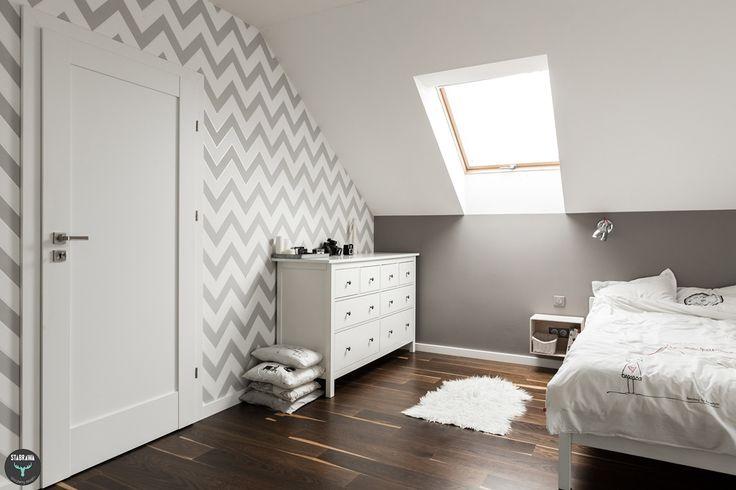 Sypialnia, tapeta chevron, biała komoda Ikea