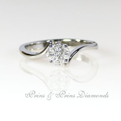 18k white gold ring with 0.30ct GH VS-SI 4 marquise cut and 1 round brilliant cut set in a cluster to form a round shape, holded by twisted band  1R06163