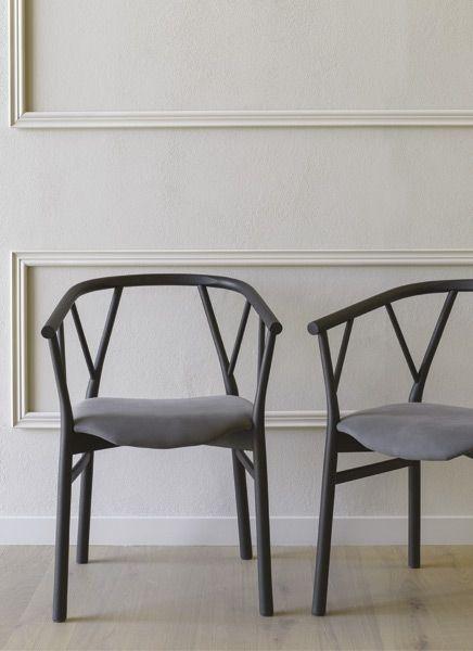 Design:  Giopato e coombes. Sedia in legno con o senza braccioli dal tipico accento nordico.