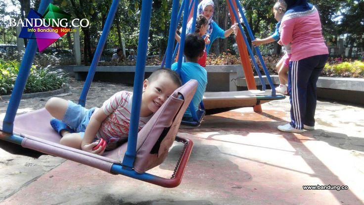 Taman Inklusi Bandung yang berada di Hook Jl. Saparua dan Jl. Aceh Bandung merupakan Taman yang dirancang khusus untuk penyandang disabilitas