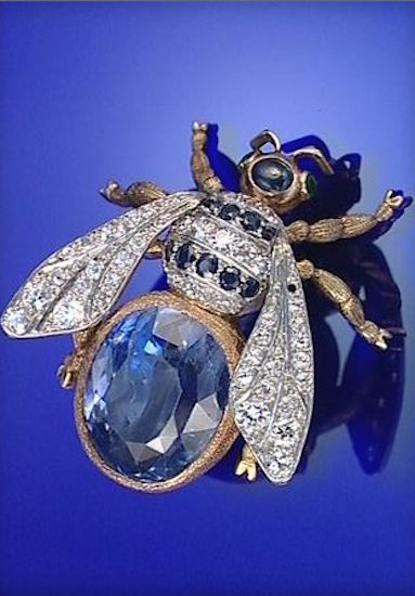 GOLD, SAPPHIRE, EMERALD AND DIAMOND BEE BROOCH, EARLY 20TH CENTURY
