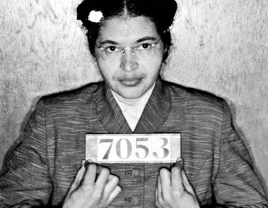 Rosa Parks: una mujer negra que no cedió su lugar a un blanco en un autobús, en 1955.