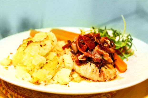 Ugnsbakad torskrygg med bacon och soltorkade tomater / cod with bacon and sun dried tomatoes. In swedish