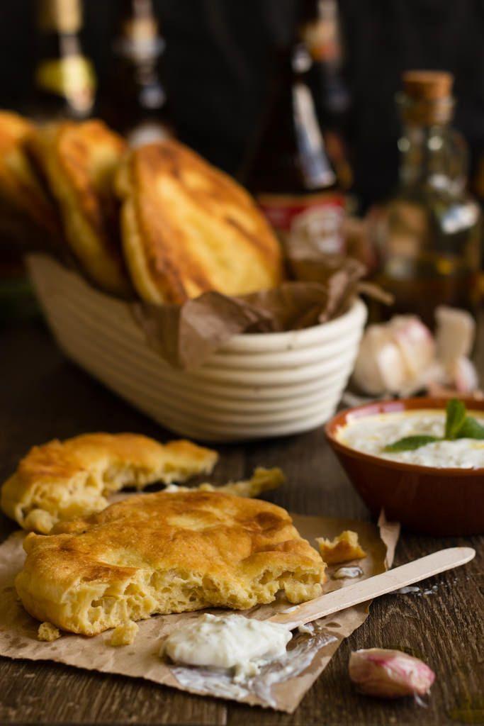 Lángos {pan frito de patata} con salsa tzatziki