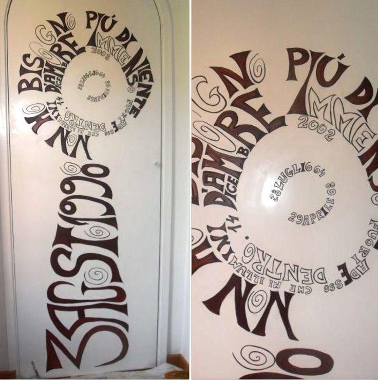 Sobre una puerta, uniendo el texto de una canción y fechas importantes de la vida de la propietaria.