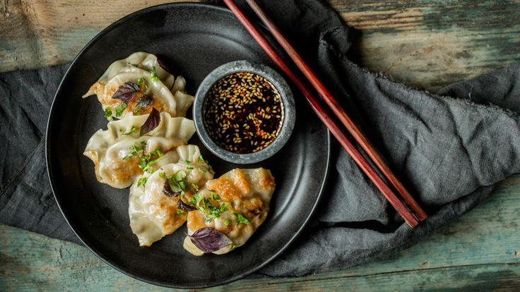 Gyoza er japanske dumplings som først stekes lett i panne før de dampes.     For å lage gyoza trenger du små, runde, tynne og ferske pastaplater, også kalt gyozapapir. Disse finner du i en asiatisk butikk.     Oppskriften gir 16 stykker.
