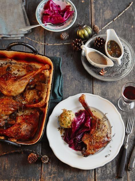 Weihnachtsschinken mit Knödeln, geschmorte Gänsekeulen mit Rotkohl und Trüffelrisotto - köstliche Hauptgerichte.
