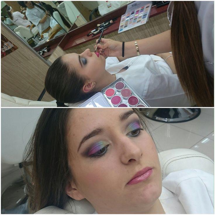 ¿Os atrevéis con una mirada indiscreta o una sombre de ojos multicolor? Nuestr@s alumn@s Marc Luque i Jaanai Rovira de nuestro grado medio en estética y belleza han realizado maquillajes de tendencia y nos hacen estas dos propuestas  #maquillatge #estetica #style #maquillaje #maquillajedeojos #ojos #barcelona #palettes #colores #colours #eyes #eyeshadow